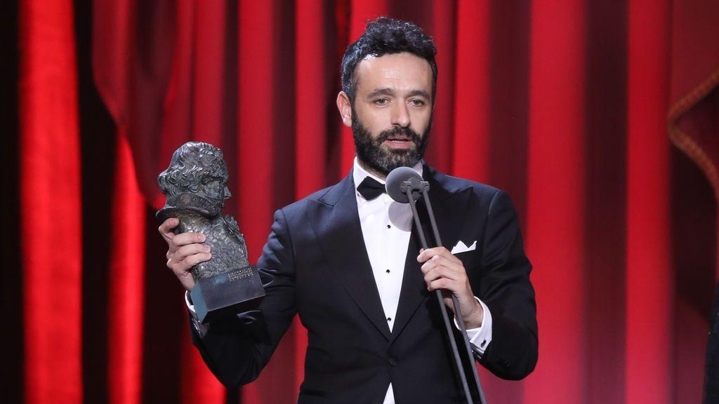 Rodrigo Sorogoyen, director del cortometraje nominado a los Oscar, 'Madre', recibiendo un Goya.