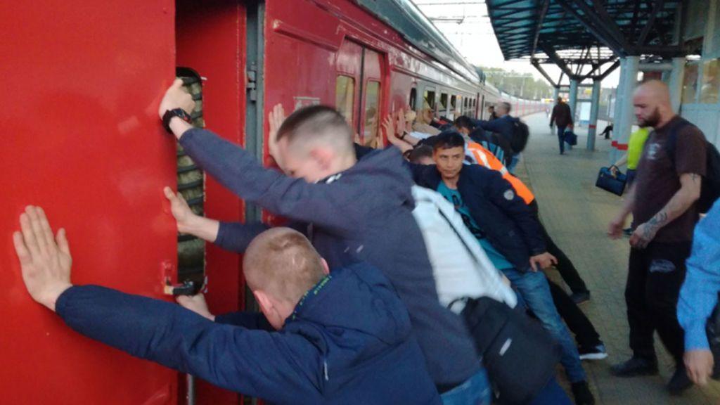 Masivo rescate de un pasajero que cayó entre el tren y el andén en Rusia