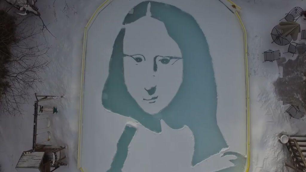 Con una pala como pincel, sorprende a la Red al recrear la 'Mona Lisa' en su jardín nevado