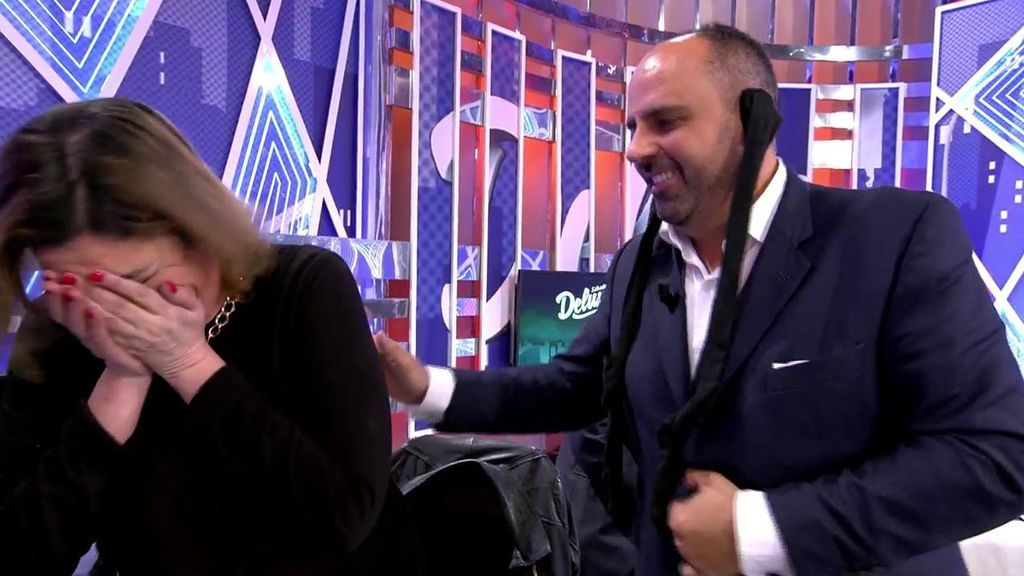 Julio Ruz hace 'el perrito' y a la directora de 'Sábado deluxe' le da un divertido ataque de risa