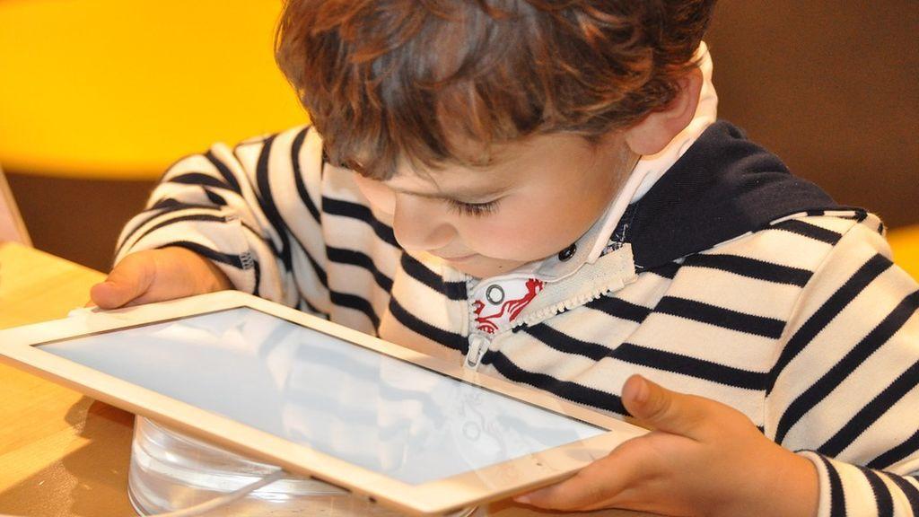 Los niños que pasan mucho tiempo delante de la pantalla tienen un desarrollo cognitivo más lento