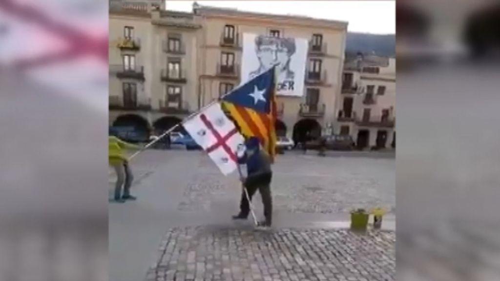 Independentistas friegan el suelo de la plaza del pueblo de Puigdemont tras un acto de Arrimadas