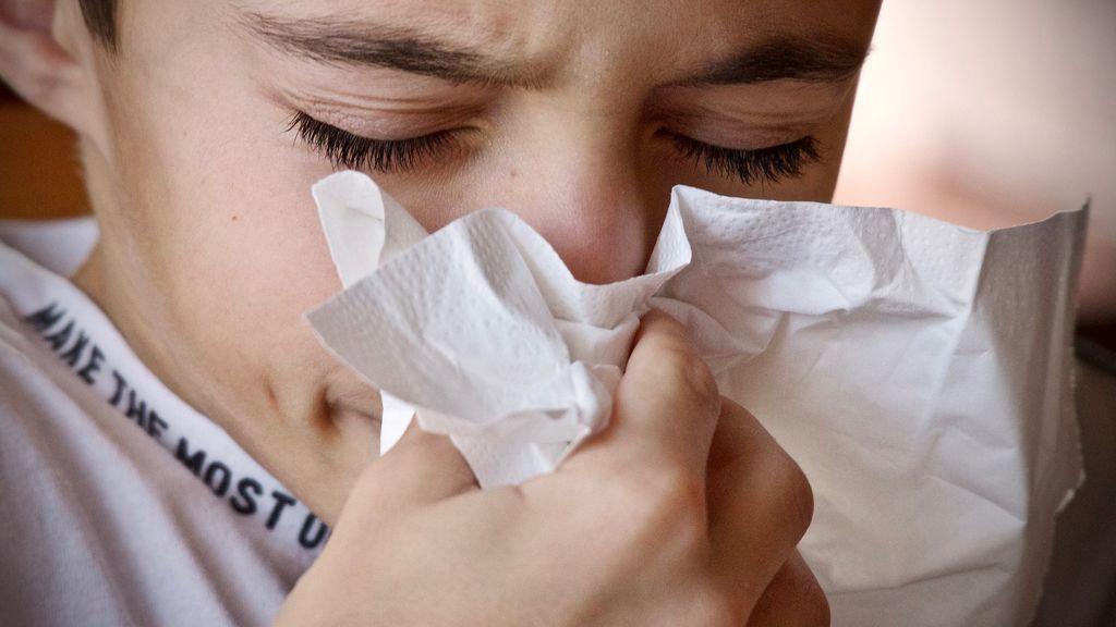 Descubre por qué se cierran los ojos al estornudar