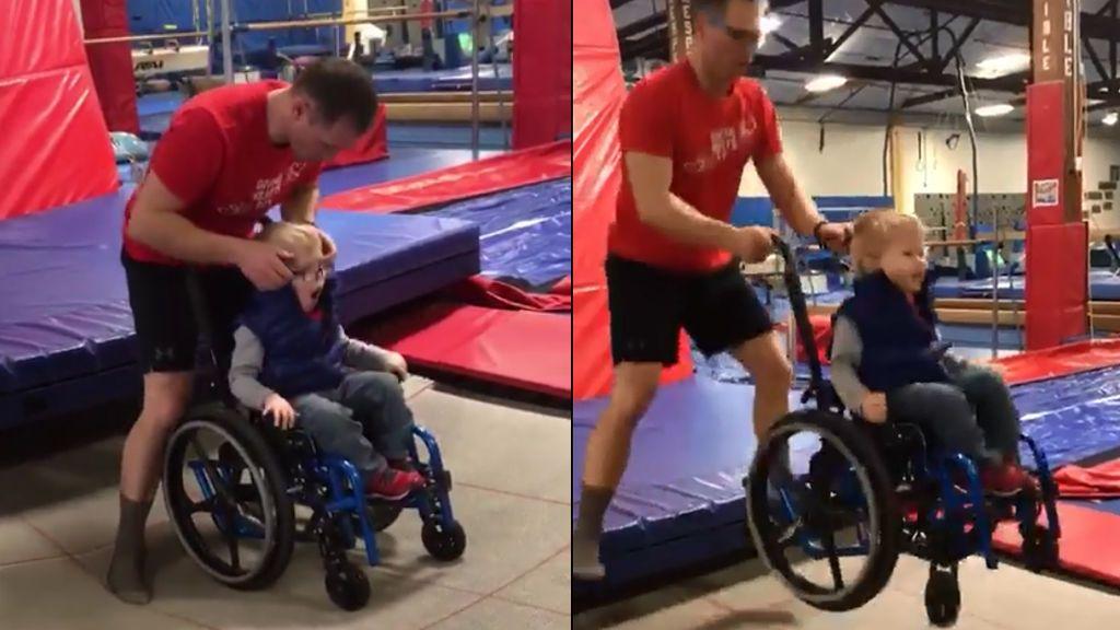 La increíble reacción de un niño en silla de ruedas saltando en una cama elástica con la ayuda de su monitor