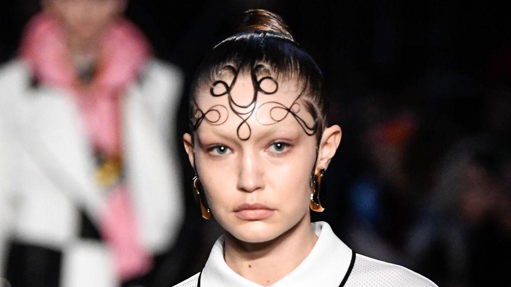 Baby hair: la tendencia que visibiliza los pelillos de la frente a la que se han apuntado Burberry y Blanca Suárez