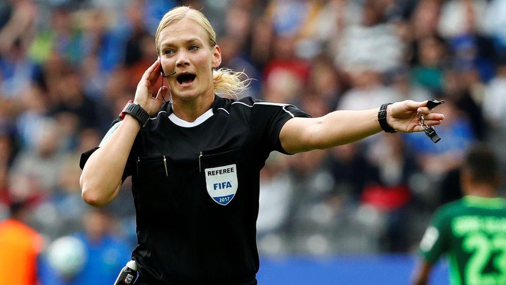 """Suspenden la emisión de un partido del Bayern en Irán al percatarse que el árbitro era mujer y """"llevaba poca ropa"""""""