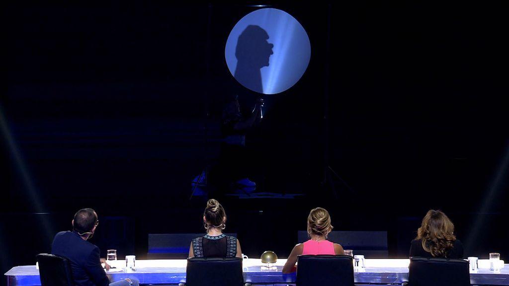 El Barón retrata a John Lennon haciendo su figura solo con sombras chinescas
