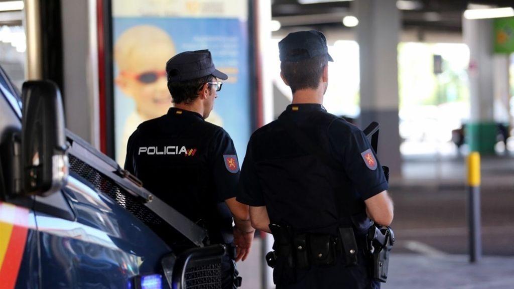 Dos policías salvan la vida a una niña de tres años cuando su madre intentaba tirarla de un décimo piso