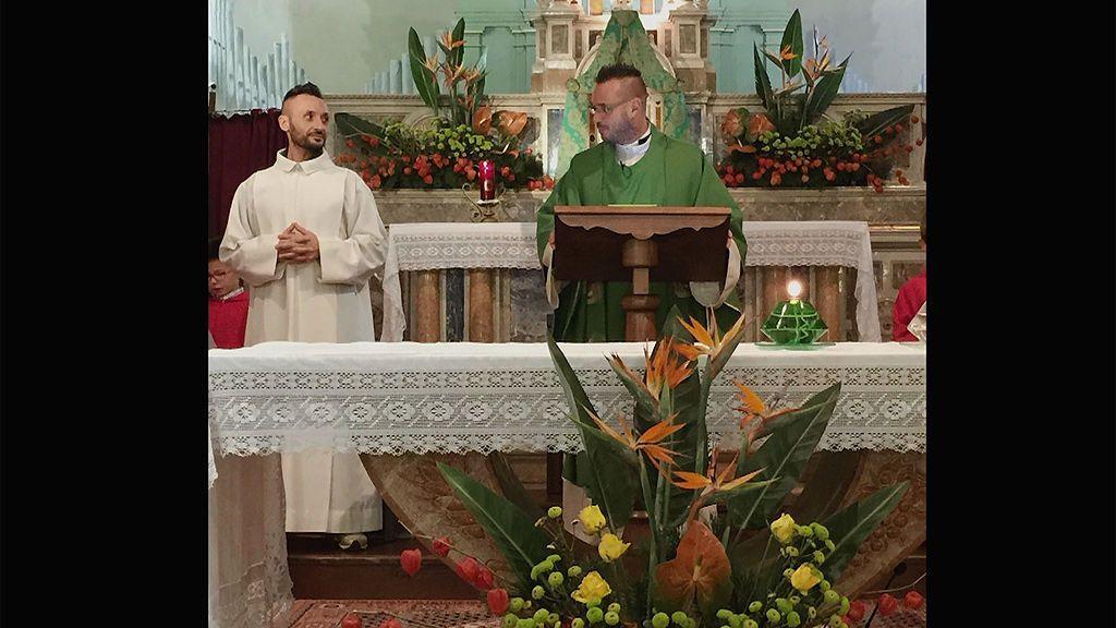 """Sacerdote expulsado de la iglesia: """"No es incompatible amar a Dios y a un hombre"""""""