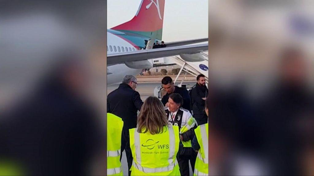 Cristiano tarda menos de 10 segundos en que le pidan un autógrafo al bajarse del avión en Madrid