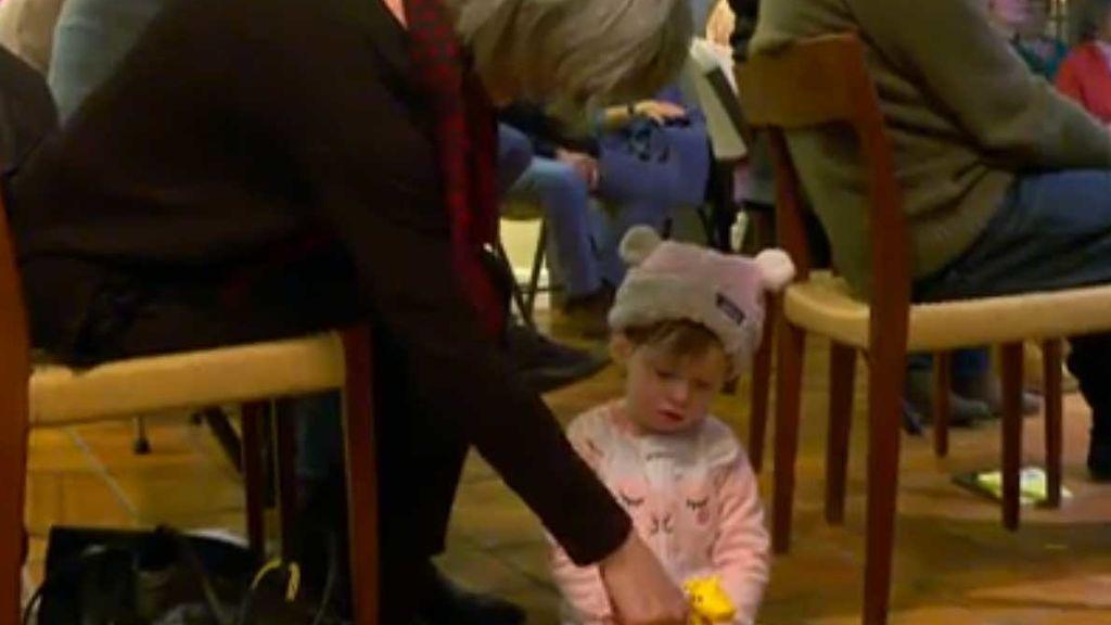 Un vecindario entero aprende la lengua de signos para comunicarse con una niña sorda