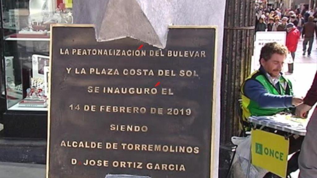 Una  placa repleta de faltas, la vergüenza de Torremolinos