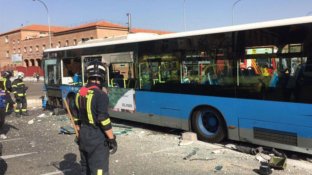 Un conductor de autobús sufre un síncope y varias personas resultan heridas tras chocar contra un muro