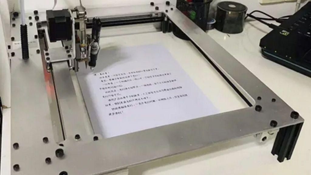 Gasta 106 euros en un robot para copiar y hacer sus deberes en tiempo récord y desata la polémica en la Red