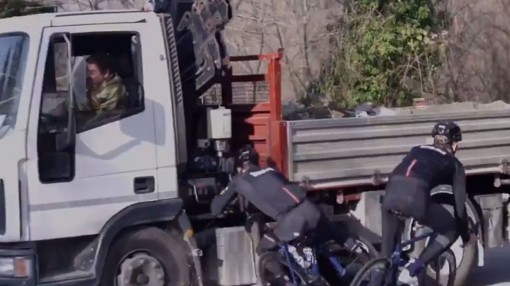 Un ciclista danés comparte su accidente contra un camión mientras entrenaba para concienciar sobre el uso del casco