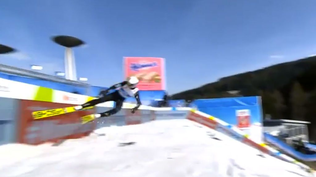 Un esquiador se pasa de frenada tras un salto y choca contra la valla de seguridad