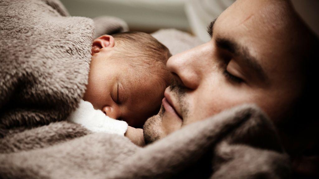 Una madre escribe un poema sobre su esposo, que duerme con su bebé en lugar de ayudar