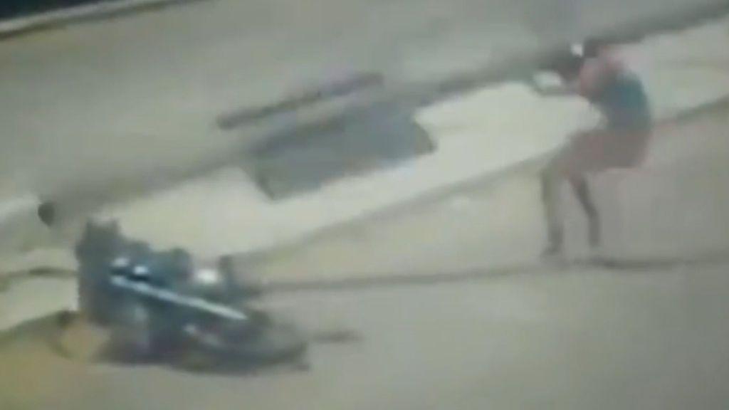 Dos accidentes en cuestión de segundos: se cae de la moto y una farola le cae encima de la cabeza