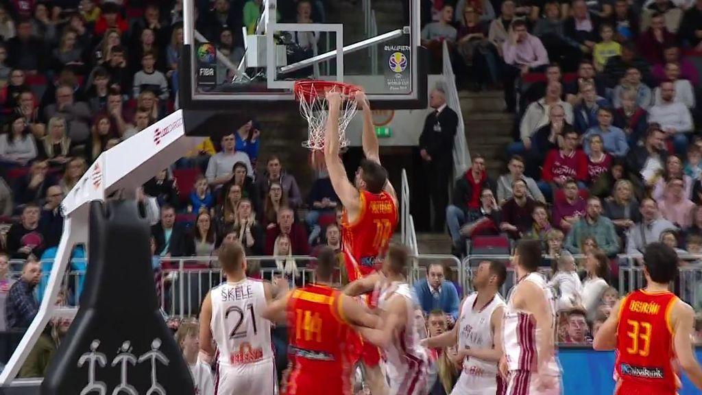 Arteaga atrapa el rebote sin dejarla caer y hunde la bola a dos manos en el aro de Letonia