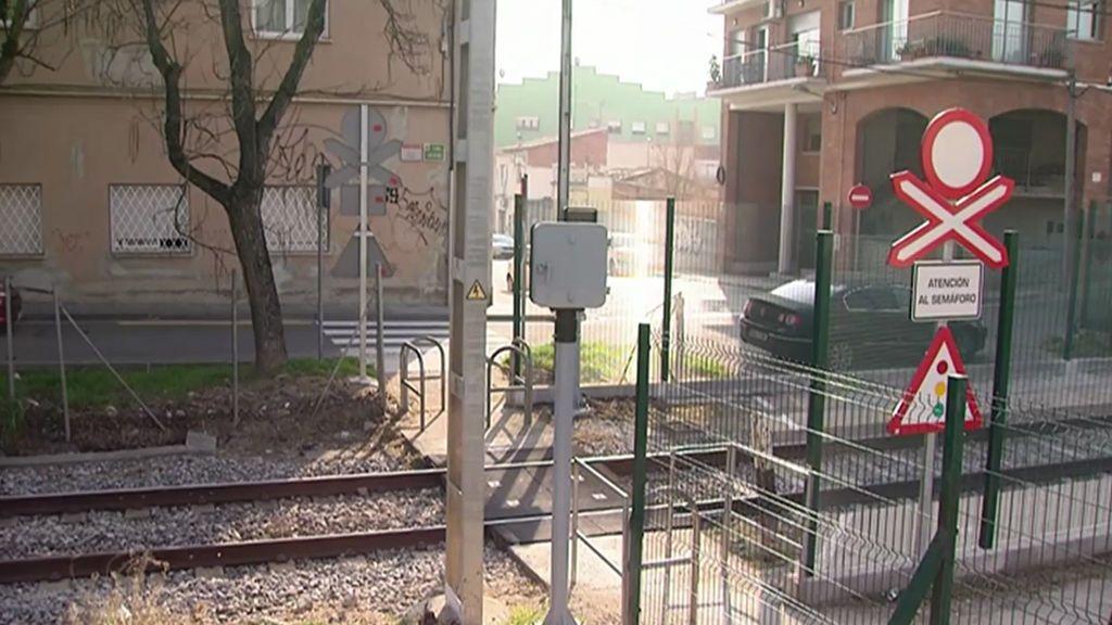 El tremendo ruido de un paso a nivel que no deja dormir a un vecindario de Barcelona