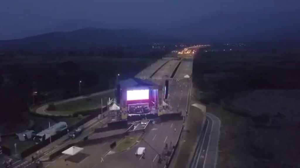 La guerra de los dos conciertos en un puente