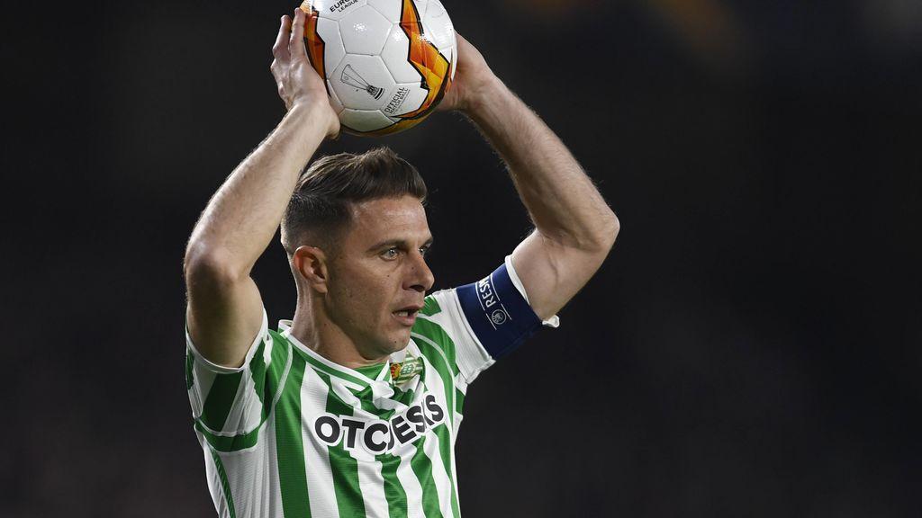 Joaquín volvió al campo al final del partido para agradecer el apoyo de la afición bética