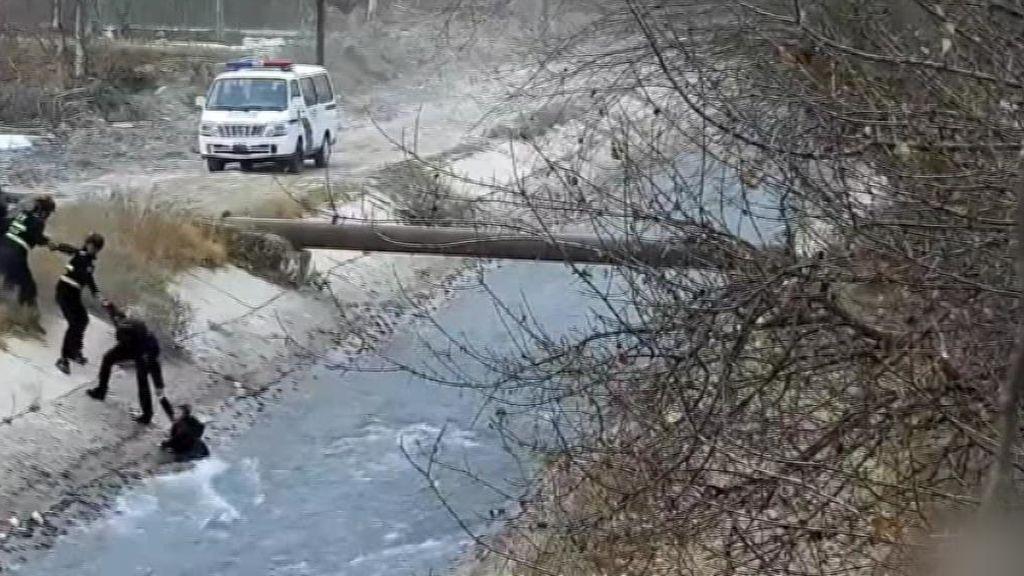 Salvan 'in extremis' a un niño cuando era arrastrado por la corriente de un río