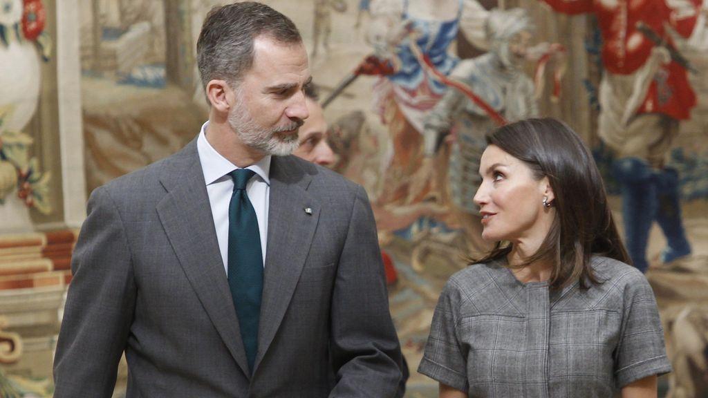 """""""A la ciencia y a mí"""": el rey confunde el nombre de la reina Letizia"""