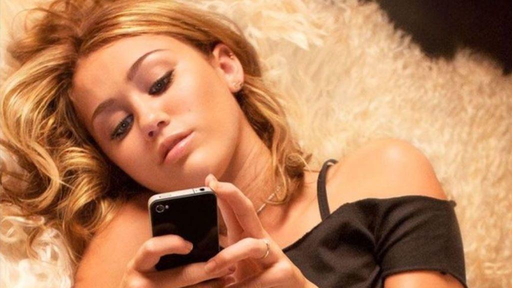 Cómo afecta a tus ojos mirar el móvil a oscuras antes de dormir