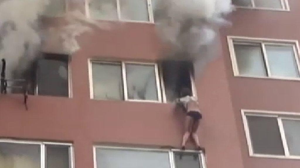 Rescatan a una mujer atrapada en la ventana de un octavo en un incendio en China