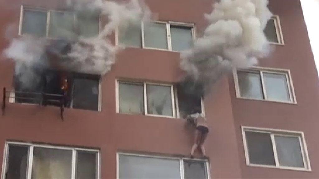 Rescate al límite de una mujer atrapada por las llamas en un octavo piso