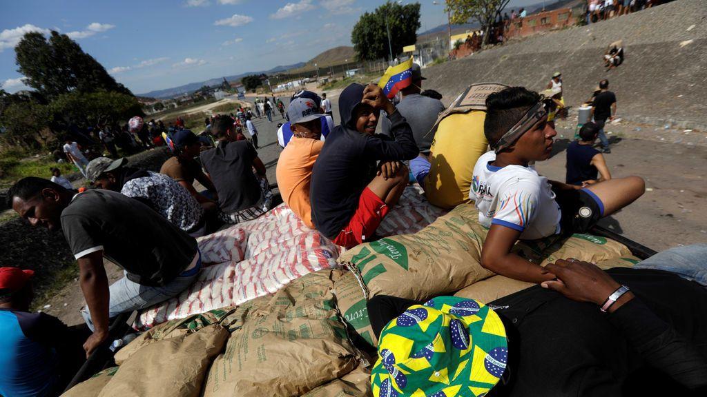 Una veintena de heridos tras quemar dos camiones con ayuda humanitaria en la frontera entre Colombia y Venezuela