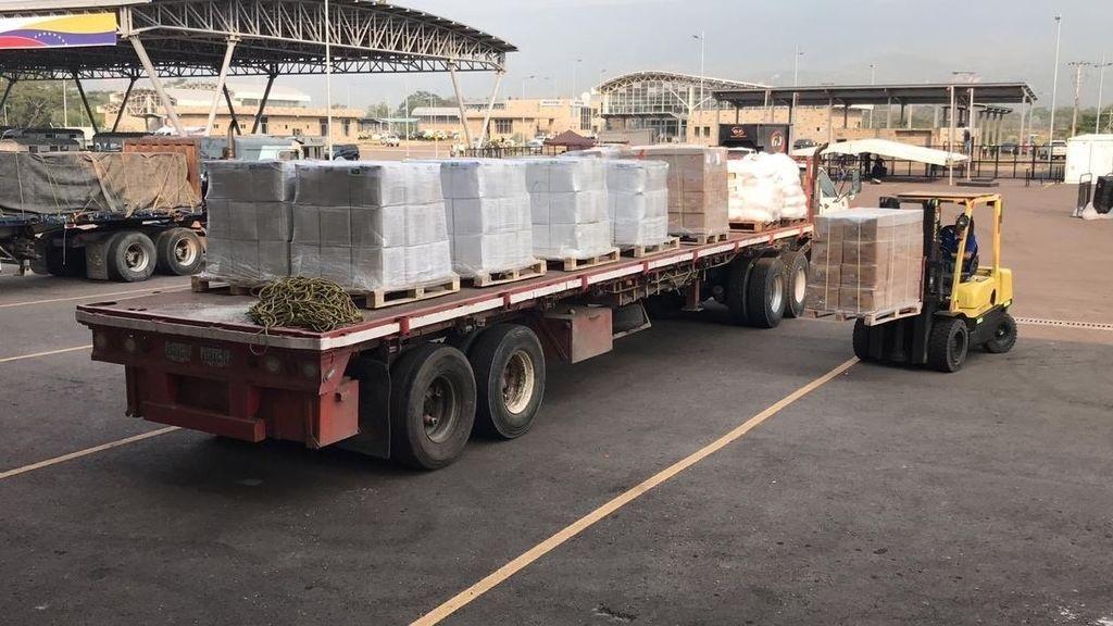 Descargan los camiones tras el intento frustrado de llevar ayuda la humanitaria a Venezuela