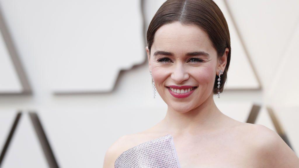 Llega Emilia Clarke a la alfombra roja de los Premios Oscars 2019