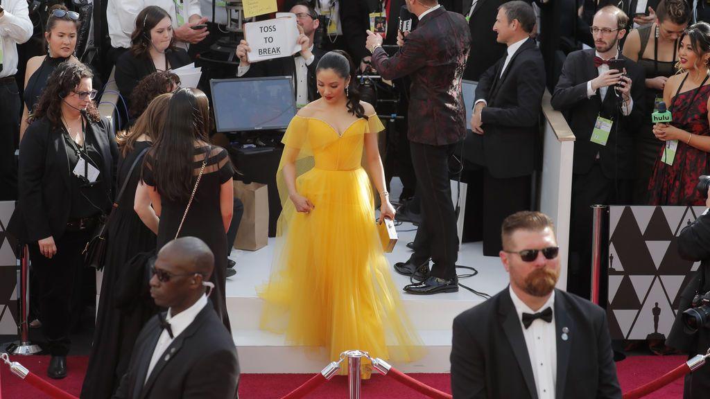 La actriz Constance Wu pisa la alfombra roja de los Premios Oscars 2019
