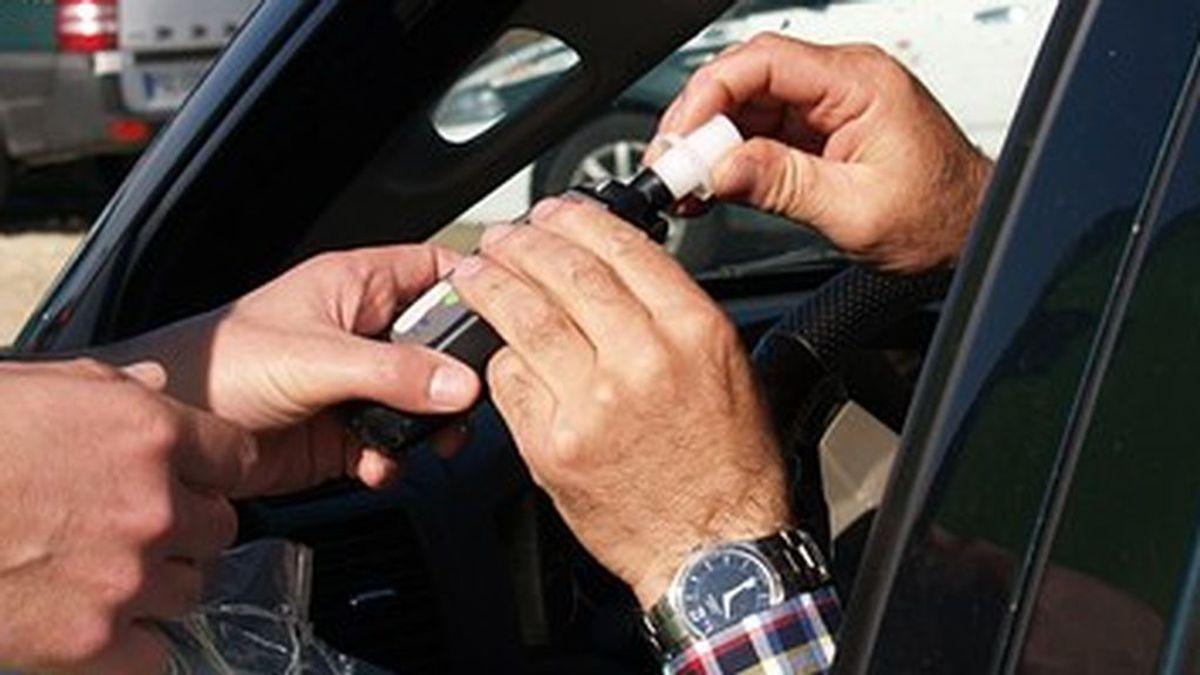 Colisiona contra un vehículo estacionado cuando cuadruplicaba la tasa de alcohol permitida
