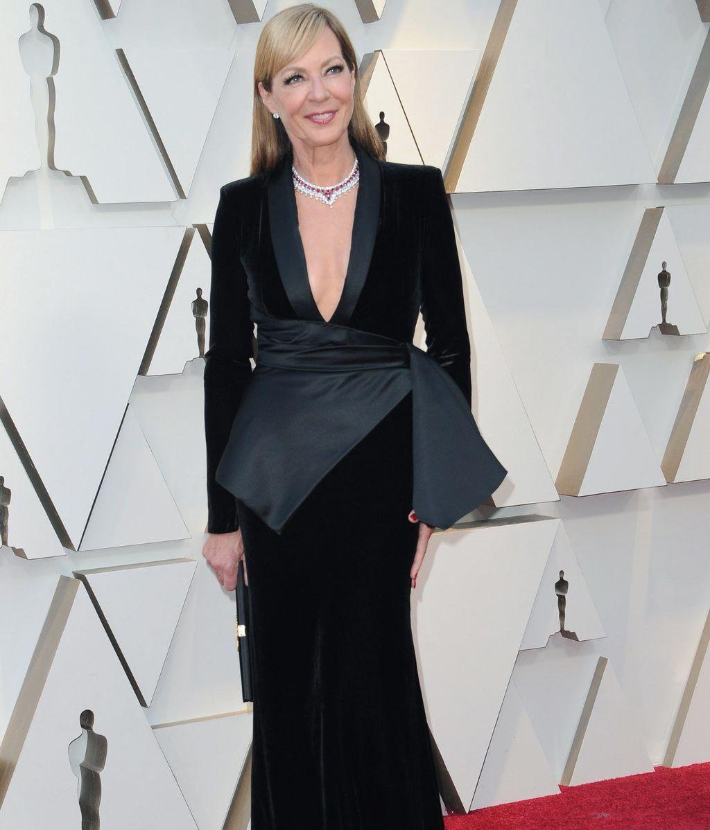 Allison Janney con vestido de terciopelo de escote profundo