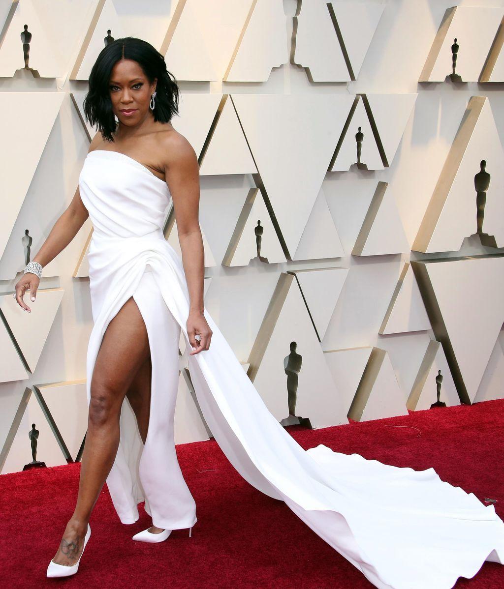 Regina King con un diseño blanco de Oscar de la Renta con gran abertura en la falda