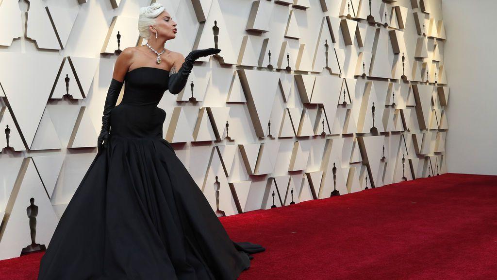 Lady Gaga, nominada mejor actriz, posa en la alfombra roja de los Premios Oscars 2019