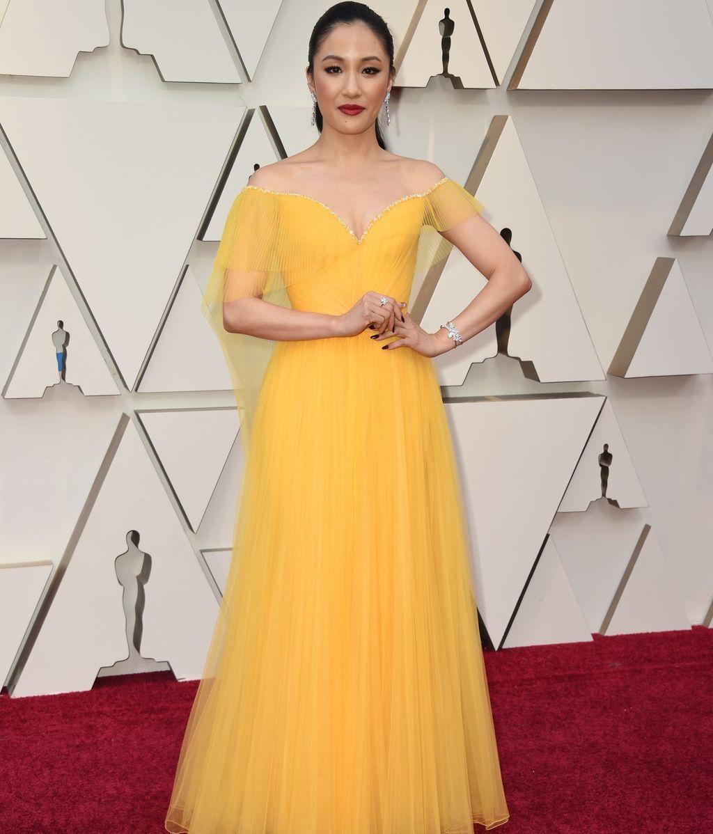 Constance Wu con vestido amarillo de tul firmado por Versace