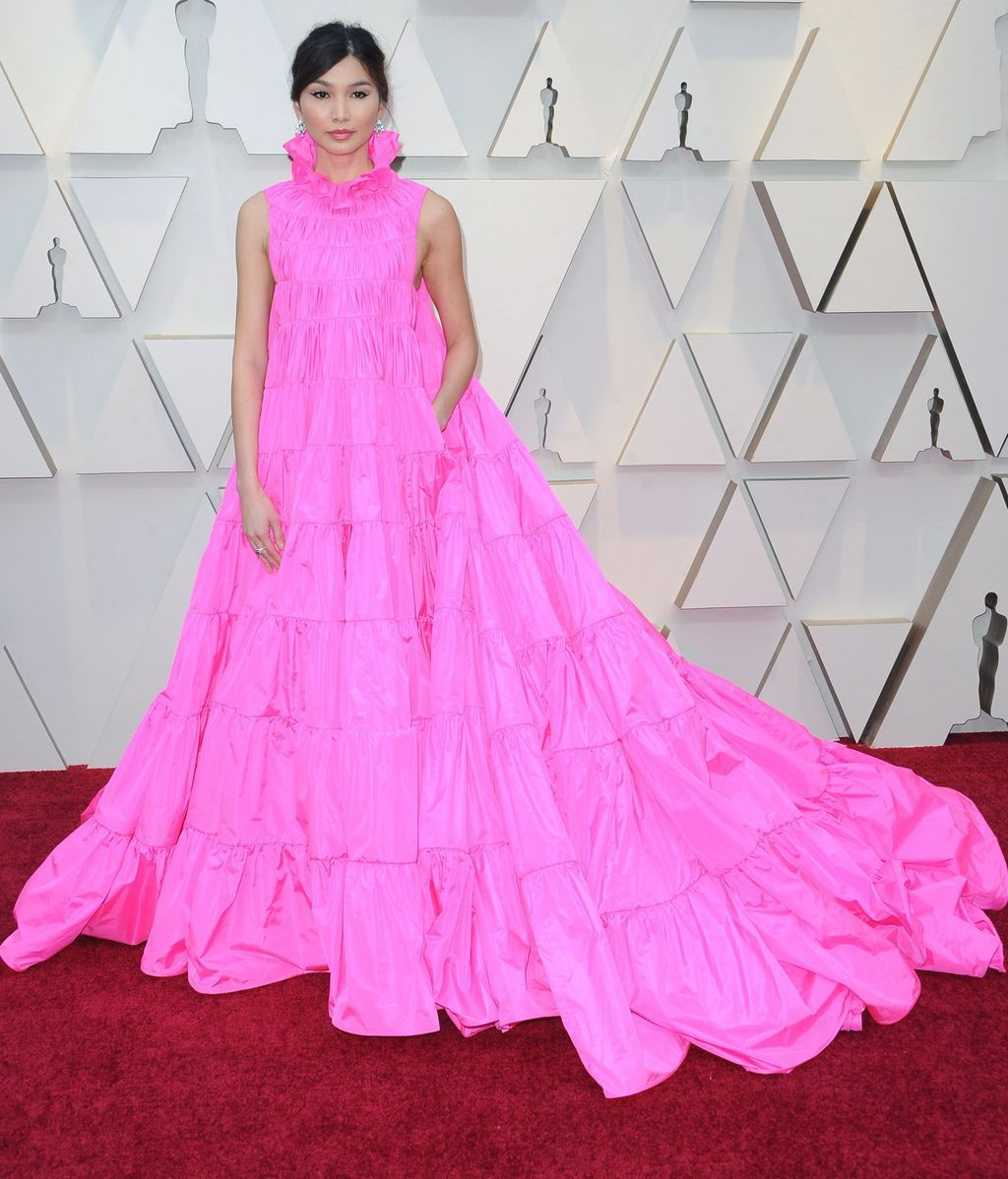 Gemma Chan con un amplio vestido rosa de Valentino alta costura