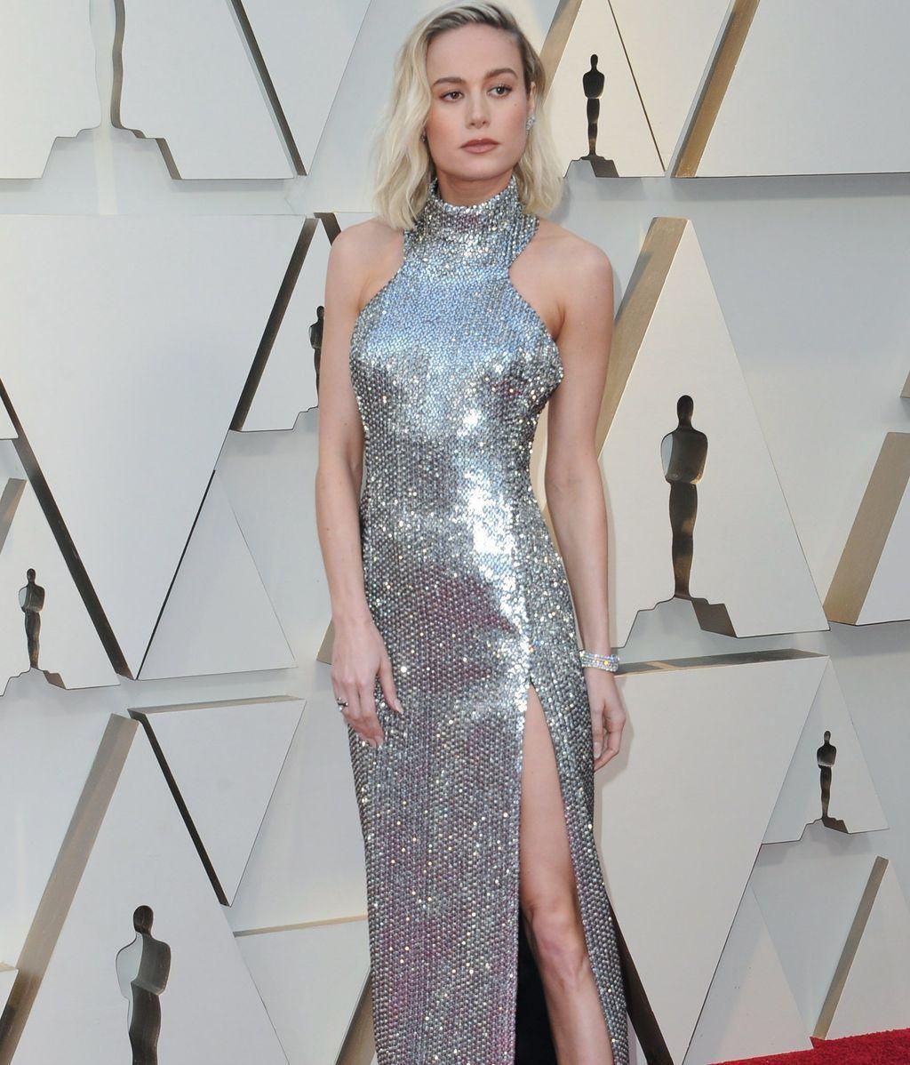 Brie Larson con vestido ceñido de lentejuelas y escote halter
