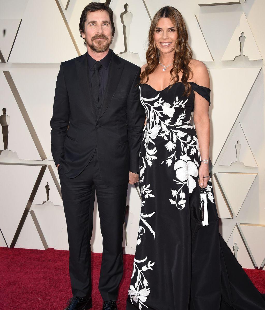 Christian Bale y Sibi Blazic posando en la alfombra roja