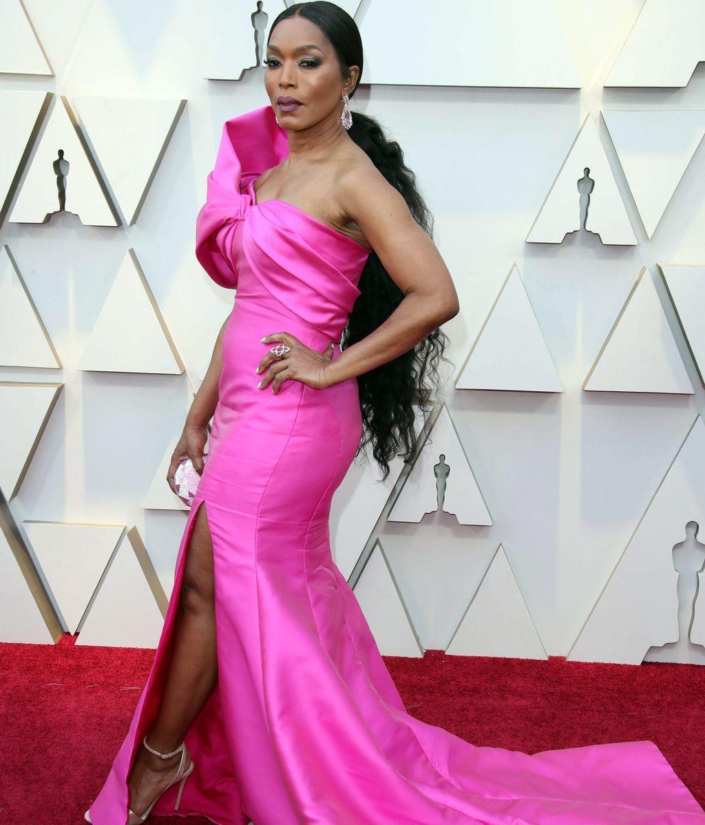 Angela Bassett con vestido rosa de escote asimétrico de Reem Acra
