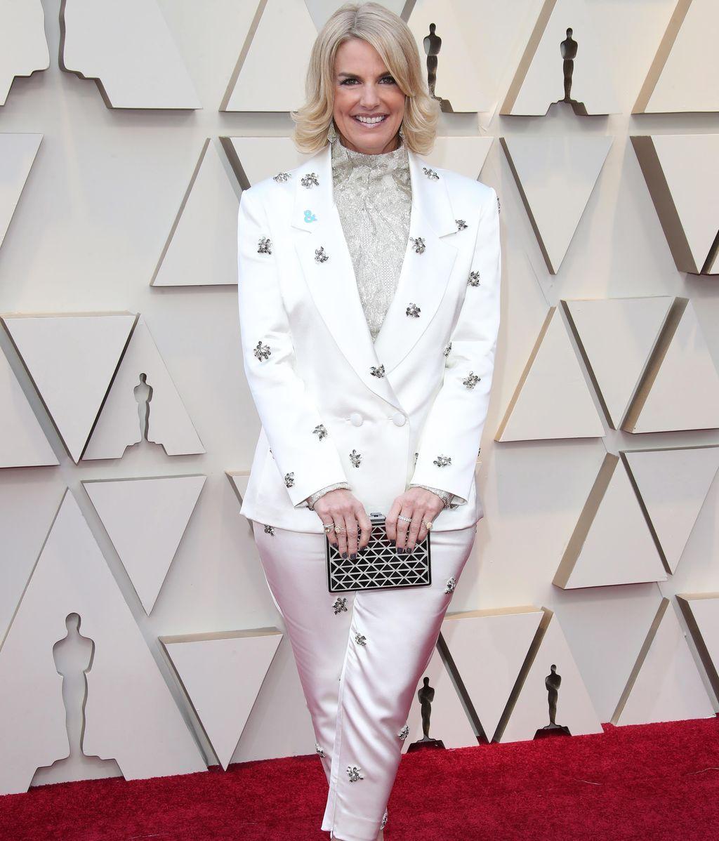 Sarah Kate Ellis con traje pantalón en blanco satinado y bordado en plata