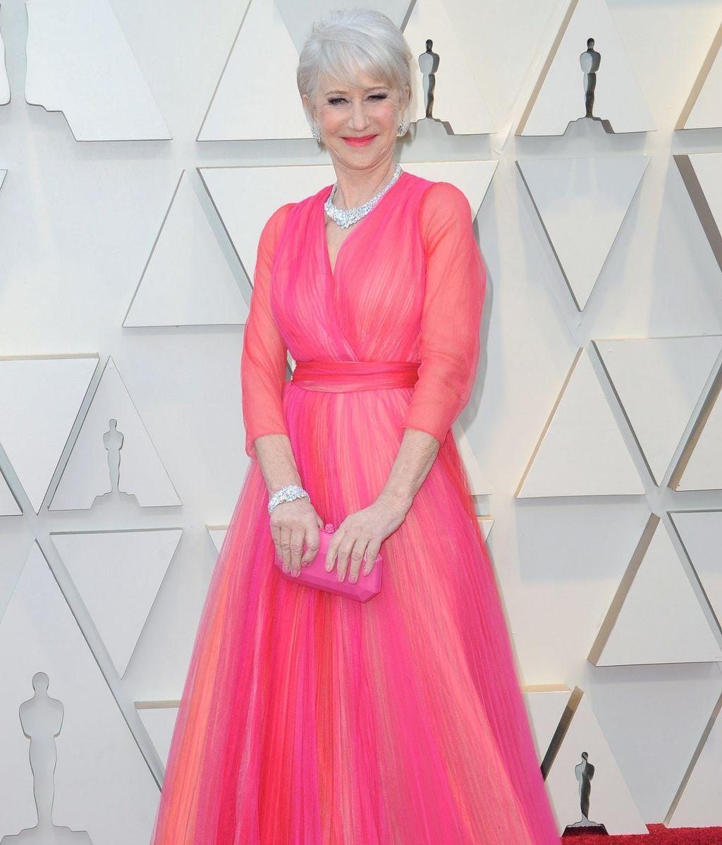 Helen Mirren con un vestido de tul que mezcla diferentes tonalidades de rosa y rojo
