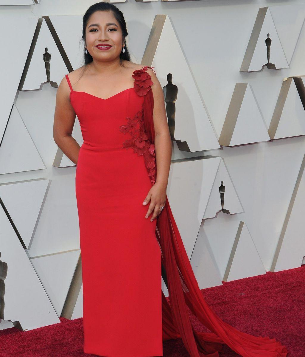 Nancy Garcia con un vestido rojo con aplicaciones de flores en la misma tonalidad