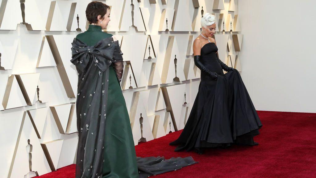 Olivia Colman y Lady Gaga posa en la alfombra roja de los Premios Oscars 2019