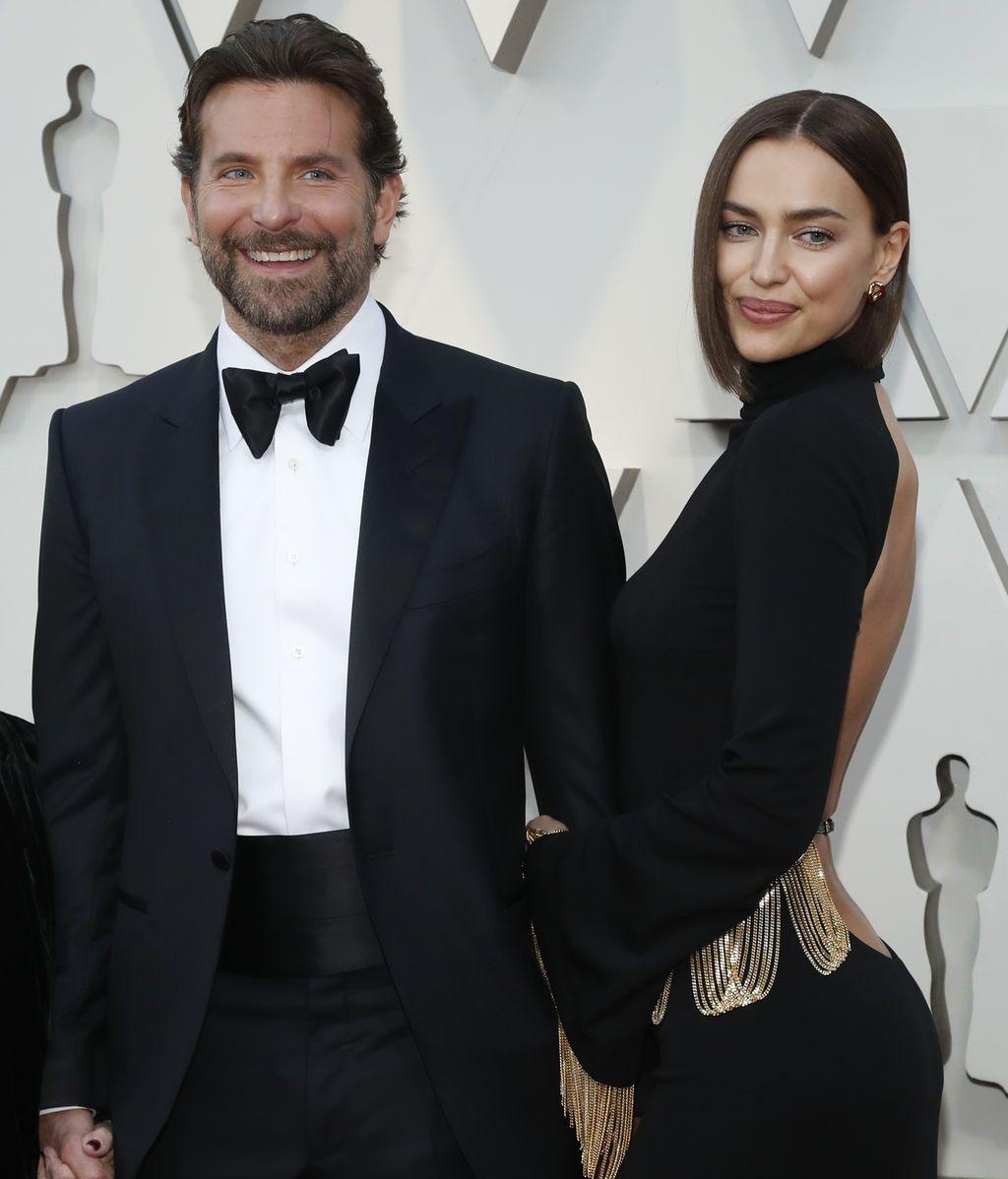 Bradley Cooper llega a la gala de los Oscars acompañado de su mujer Irina Shayk