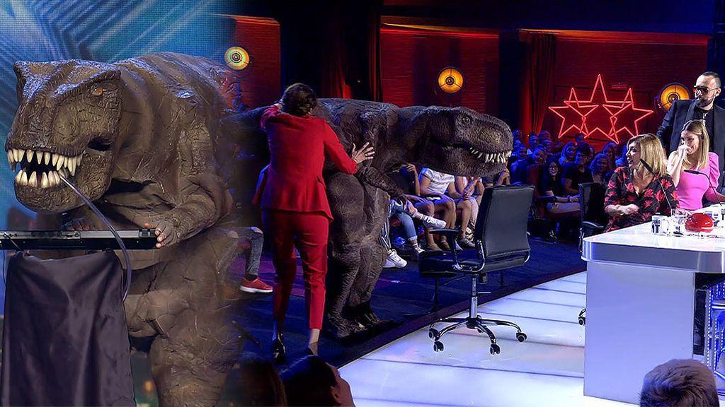 """Un dinosaurio canta 'Guantamentera' y persigue a Risto al escucharle decir: """"¿¡Qué mierda es esto!?"""""""